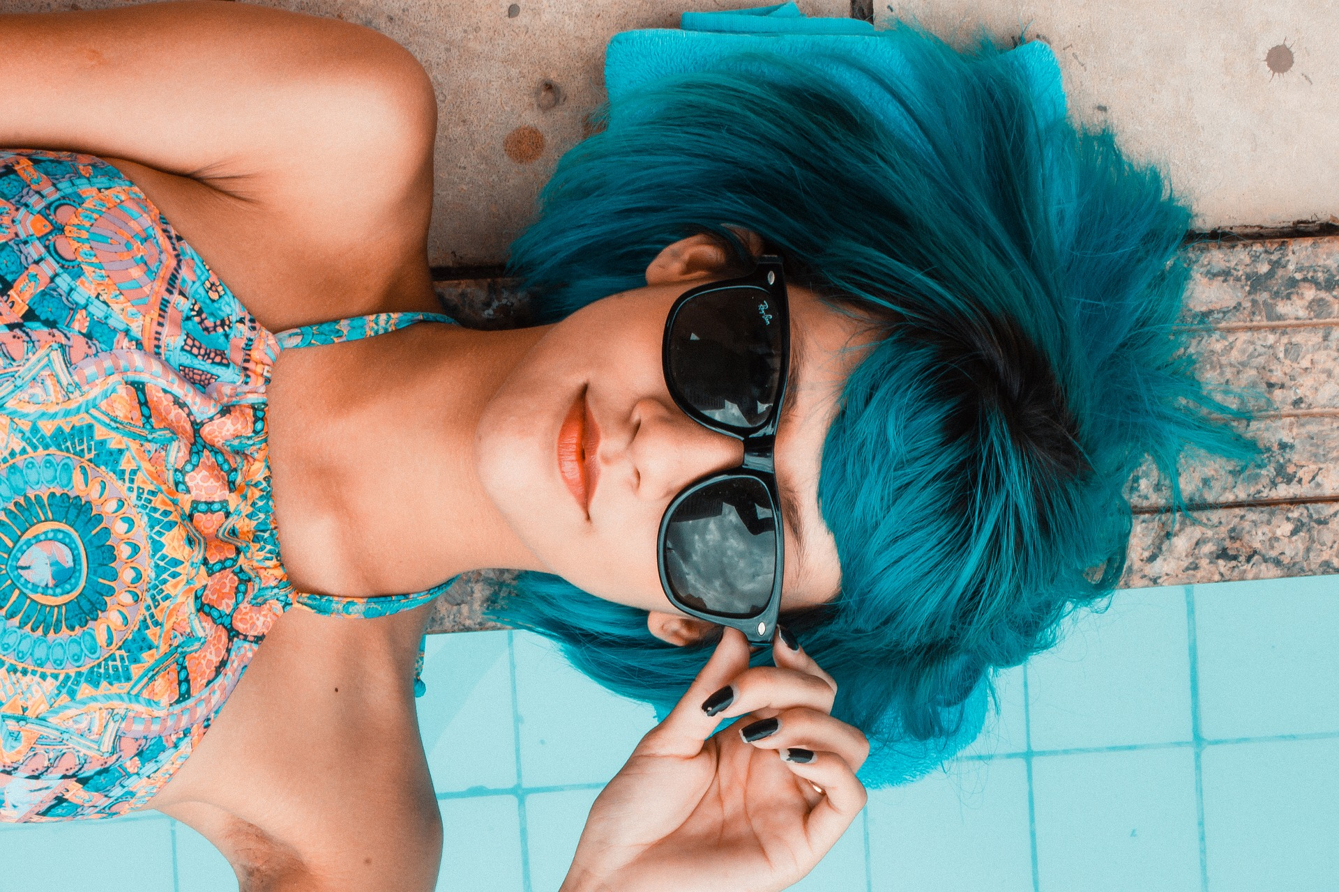Colorful synthetic braids – what they are