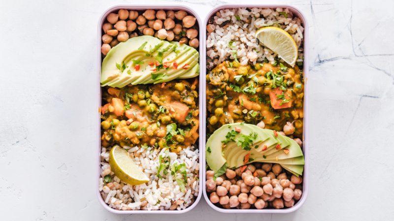 Obiady z dowozem Piotrków Trybunalski – gotować w domu czy zamawiać catering
