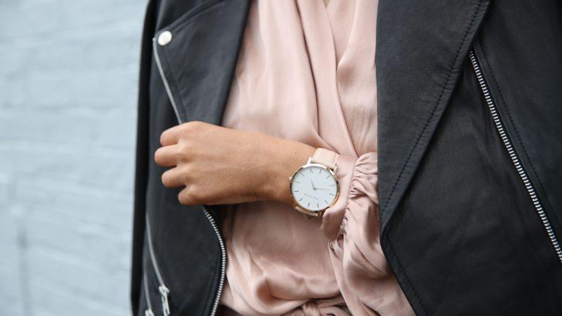 Tanie zegarki damskie – stylowy dodatek za kilka złotych